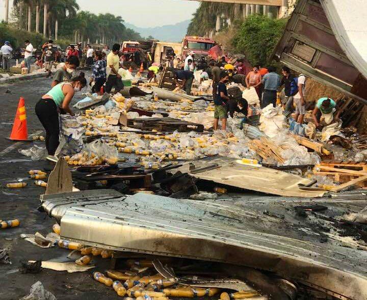 La Autopista Palín-Escuintla quedó bloqueada por el accidente que dejó a dos personas heridas. (Foto: Cortesía Varias personas llegaron al lugar del accidente para llevarse el producto que quedó tirado en la cinta asfáltica. (Foto: Cortesía Abnerm Duarte))