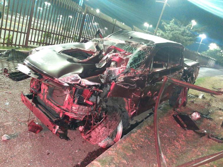 De esta forma quedó uno de los vehículos después del accidente donde se vio involucrado José Roberto Arzú, hijo de Roberto Arzú, donde falleció una mujer y otro hombre fue trasladado herido. (Foto: Cortesía)