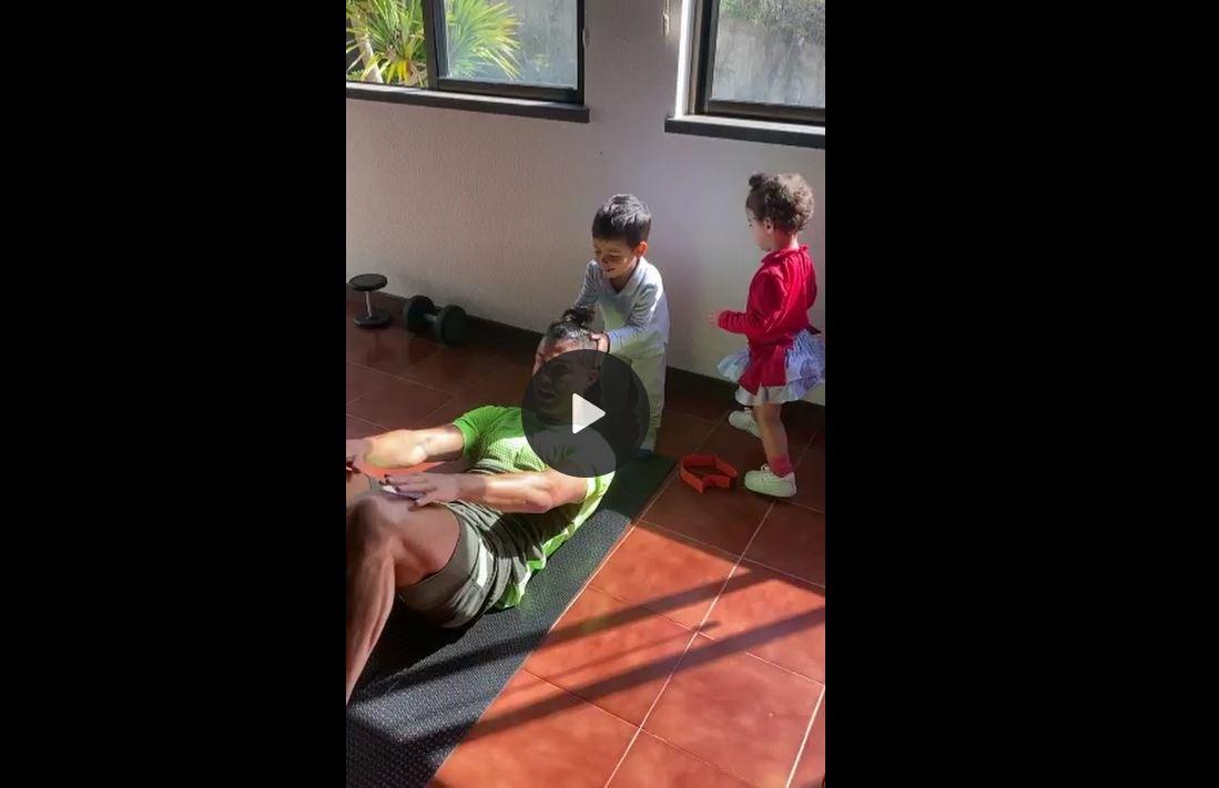 Cristiano Ronaldo es interrumpido por sus hijos mientras trabaja en su casa en la ciudad de Madeira, Portugal. (Foto: Captura de pantalla)