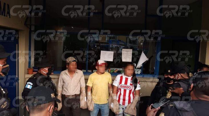 La autoridades informaron de la captura de dos hombres y una mujer, presuntos responsables del ataque contra los policías. (Foto: Cortesía)