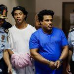 Ronaldinho y su hermano cumplieron ayer un mes de estar detenidos en Paraguay. Este día se les otorgó arresto domiciliario con el pago de 800 mil dólares cada uno. (Foto: EFE)