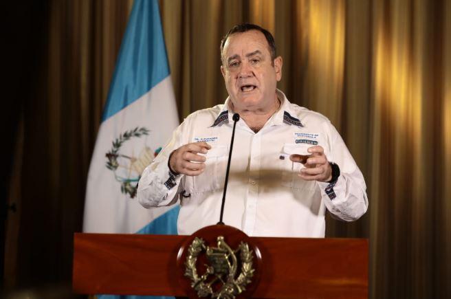 El Presidente Alejandro Giammattei se dirigió al país en un mensaje desde la Casa Presidencial. (Foto: SCSP)