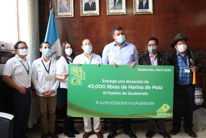 El vicepresidente Gustavo Castillo recibió la donación de maíz que será distribuida en Sololá, Quiché y Totonicapán. (Foto: AGN)