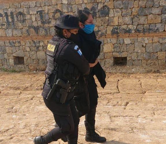 La agente Wendy García Mendoza (mascarilla azul), resultó herida con una posible fractura en la pierna derecha. (Foto: Cortesía)