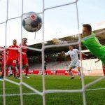 El remate de Benjamin Pavard se va hacia el fondo del arco para el 2-0 del Bayern Múnich frente al Unión Berlín. (Foto: EFE)