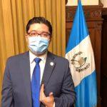 El Secretario de Comunicación Social de la Presidencia, Carlos Sandoval, durante su transmisión en vivo a través de Facebook para desmentir que estuviera enfermo de COVID-19. (Foto: Captura de pantalla)