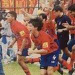 Denis Chen corre a celebrar uno de los nueve títulos que ganó con Municipal. (Foto: Anuario 2001 CSD Municipal)