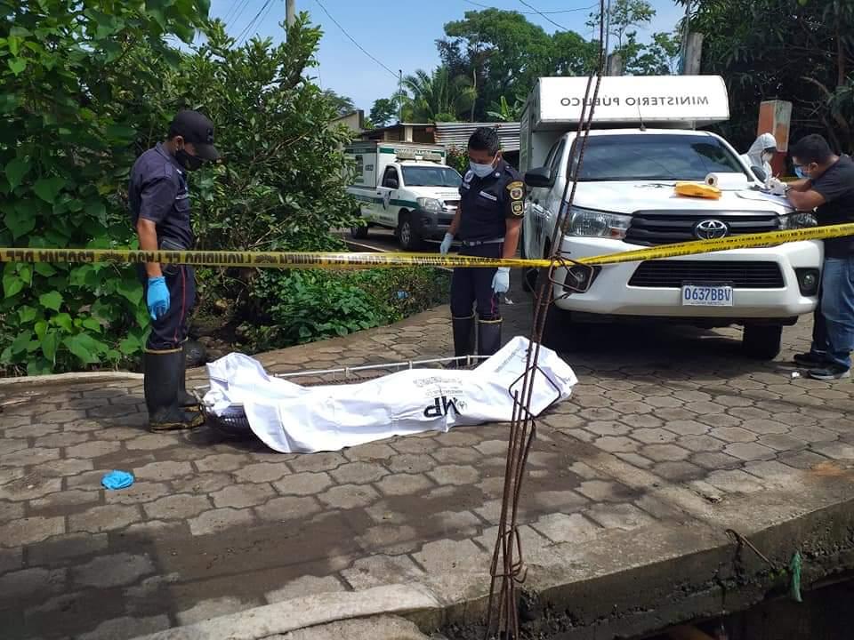 Los vecinos alertaron a las autoridades sobre un cuerpo arrastrado hasta un puente en un río de Cuyotenango. (Foto: Cristian Soto)