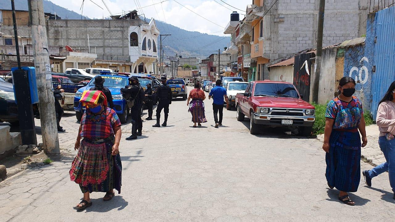 Los periodistas fueron agredidos en Almolonga, Quetzaltenango, por vecinos y vendedores que manifestaban contra las medidas gubernamentales y pedían que abrieran el mercado. (Foto: PNC)