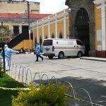 Personal del HRO ingresa al cementerio de Quetzaltenango para enterrar a la segunda víctima de COVID-19. (Foto: Carlos Ventura)