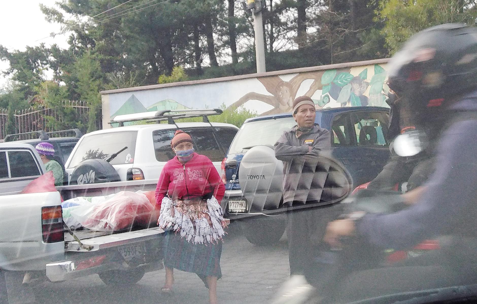 Quetzaltenango vive un caos por las aglomeraciones de personas y el tránsito vehicular a las afueras de los mercados. (Foto: Carlos Ventura)