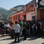 Decenas de comerciantes de San Cristóbal Verapaz protestaron porque no les dejaron vender en el Mercado Municipal. (Foto: Eduardo Sam)