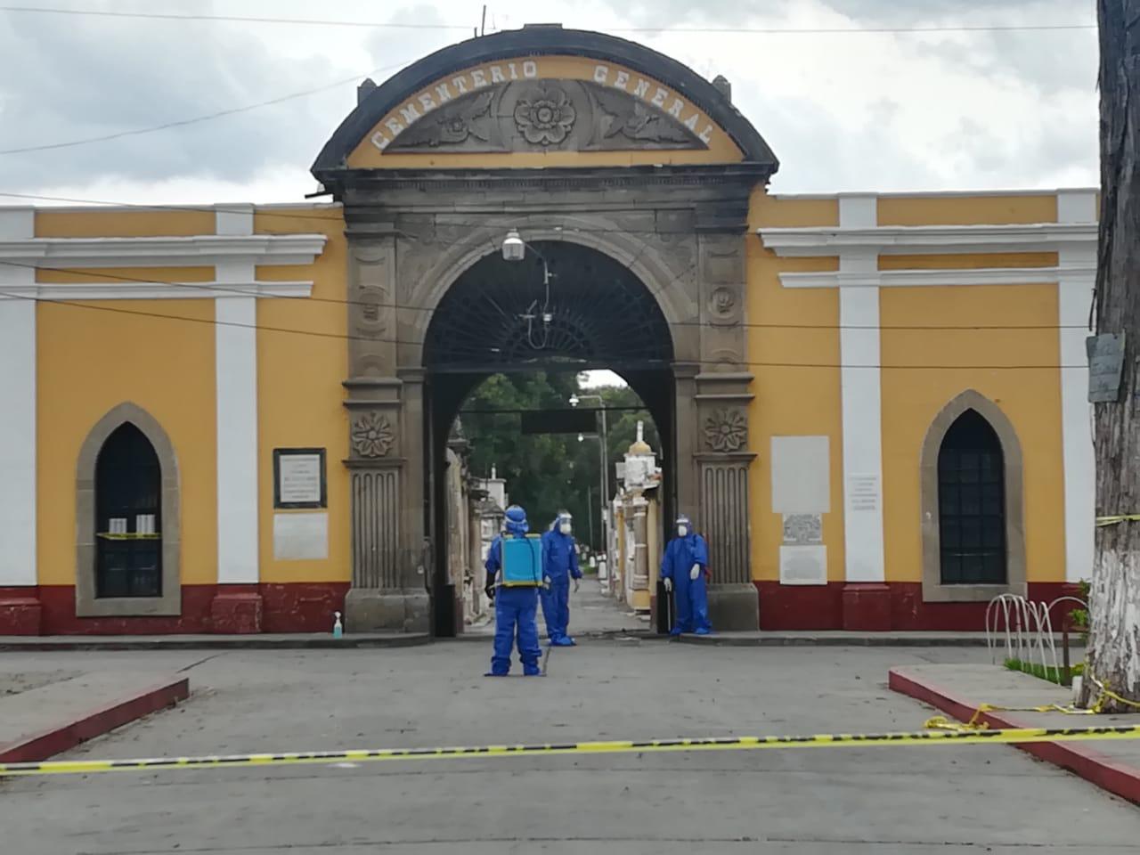 Los dos hombres fueron sepultados ayer por la tarde en Quetzaltenango, víctimas de COVID-19. (Foto: Carlos Ventura)