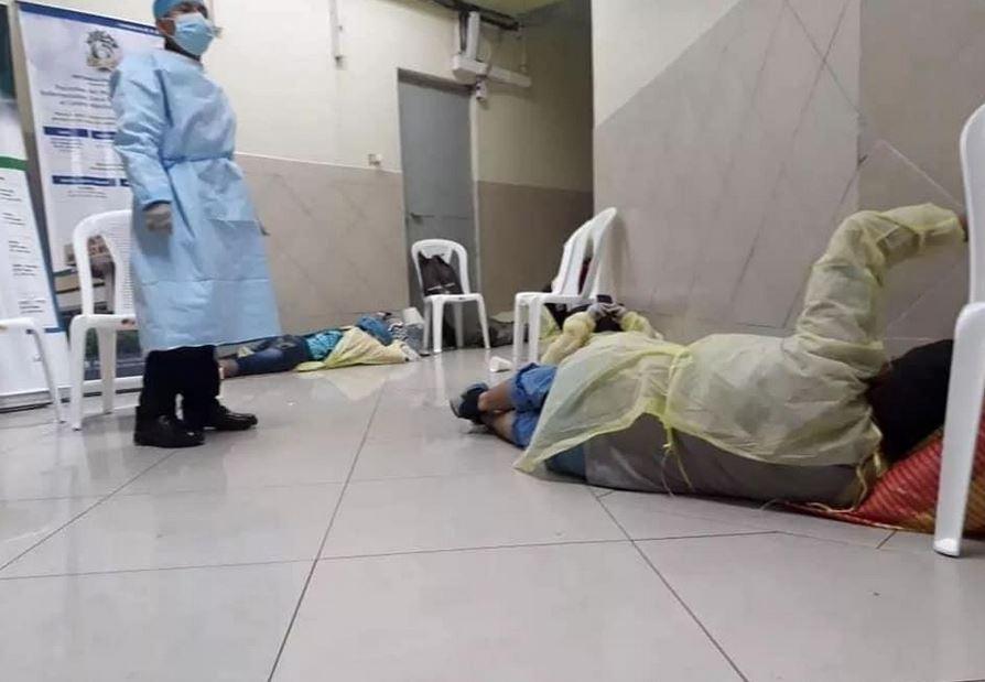 Las fotografias que se viralizaron en redes sociales muestran a pacientes en el suelo que se supone son en el IGSS. (Foto: Redes Sociales)