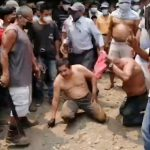 Los dos trabajadores municipales fueron retenidos por la población y recibieron el castigo maya, luego de intentar hacer un cobro de Q5 mil a un comerciante. (Foto: Cristian Soto)