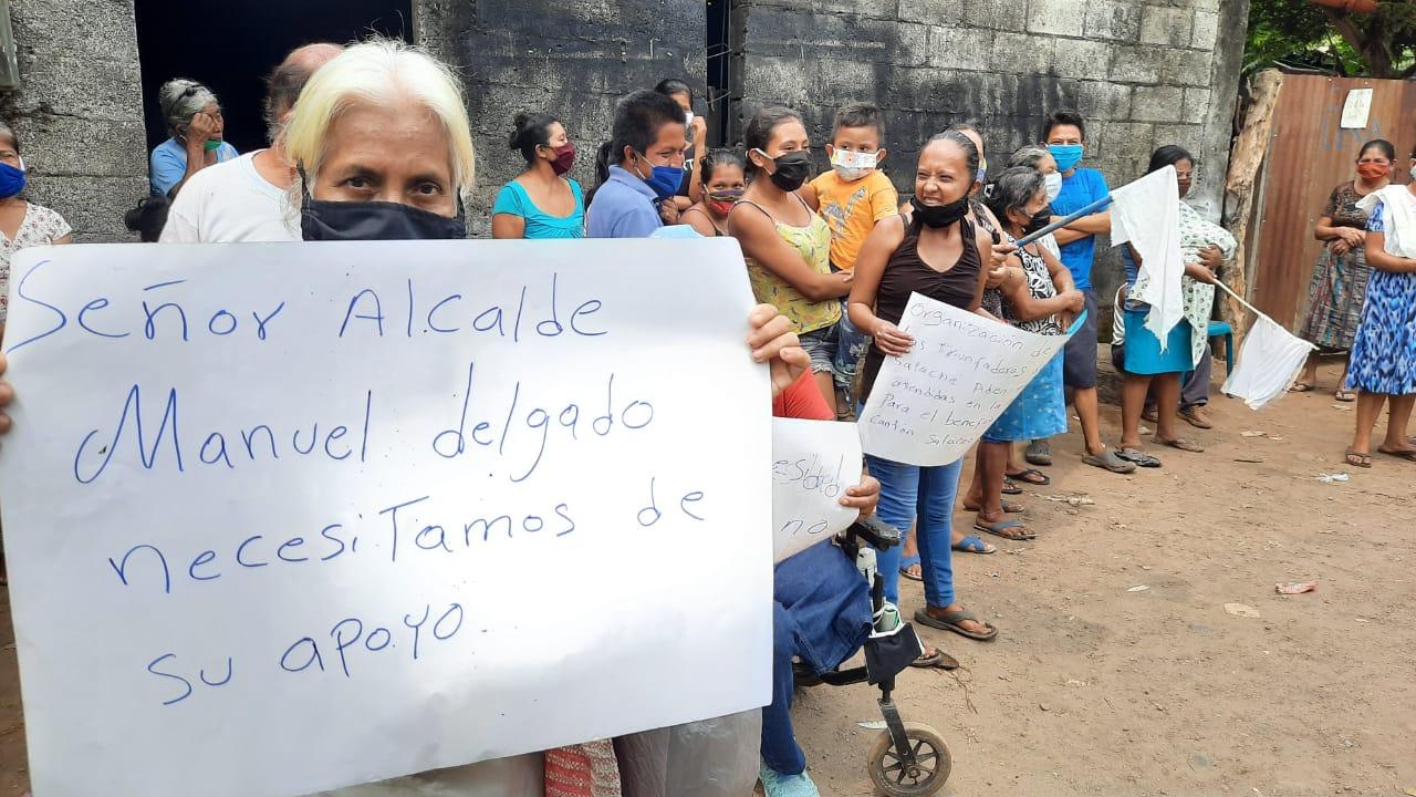 Unas 100 familias salieron a la calle para pedir ayuda por la crisis del COVID-19 en Mazatenango. (Foto: Cristian Soto)