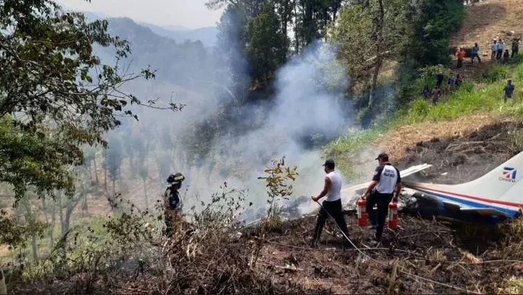 El accidente de la avioneta que cayó en jurisdicción de Joyabaj, Quiché, dejó el saldo de tres personas fallecidas. (Foto: Bomberos Voluntarios)