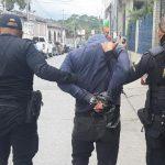 Agentes de la PNC trasladan a Osbin Adonías Yat Leal, presunto asesino de otro hombre en la Colonia El Esfuerzo II, en la zona 12 de Cobán. (Foto; PNC)