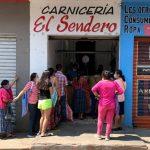 En Cobán también se observó a decenas de personas que hacían filas para comprar sus productos en tiendas, abarroterías y carnicerías. (Foto: CRN Noticias)