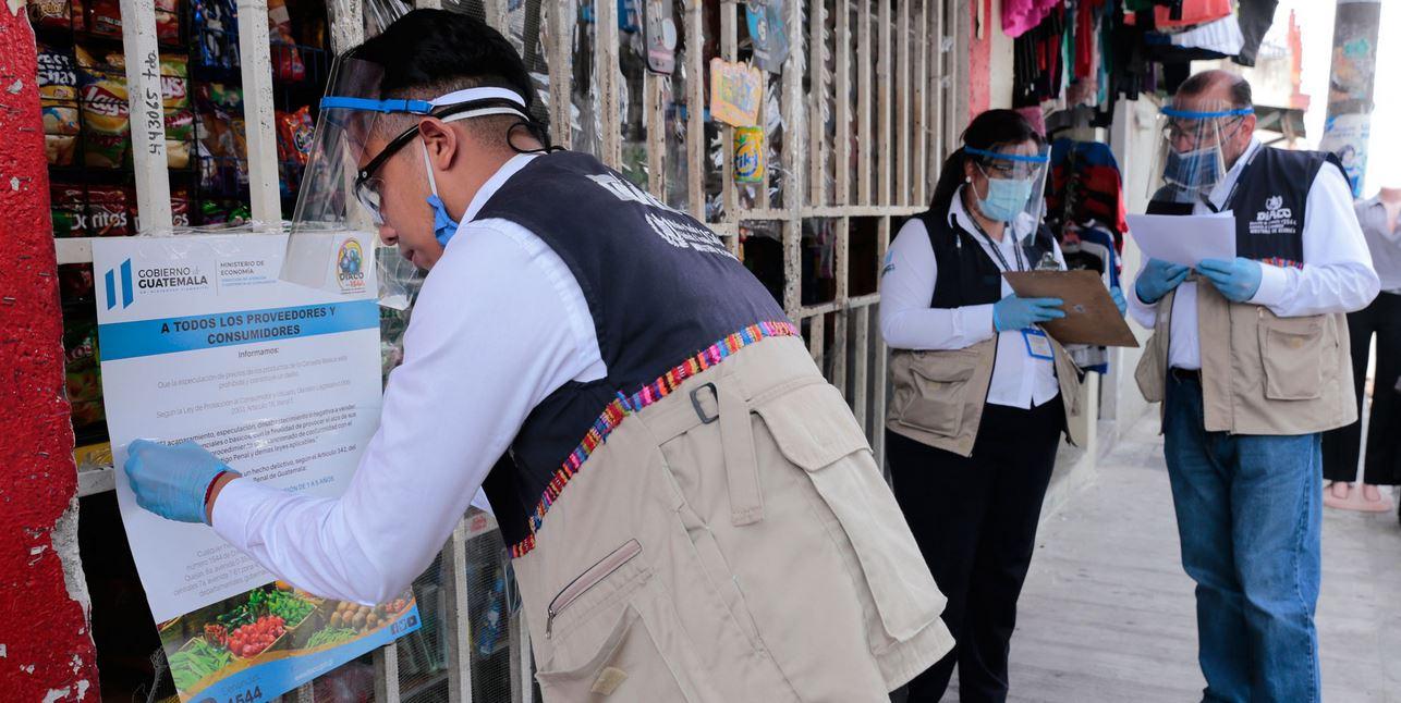 Personeros de la DIACO realizaron operativos de verificación de precios en tiendas de barrio de la zona 11 capitalina. (Foto: DCA)