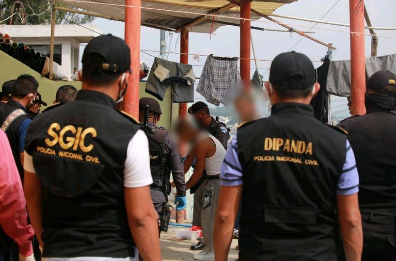 Las autoridades realizaron el operativo antiextorsión con el apoyo de la PNC en el preventivo de la zona 18. (Foto: PNC)