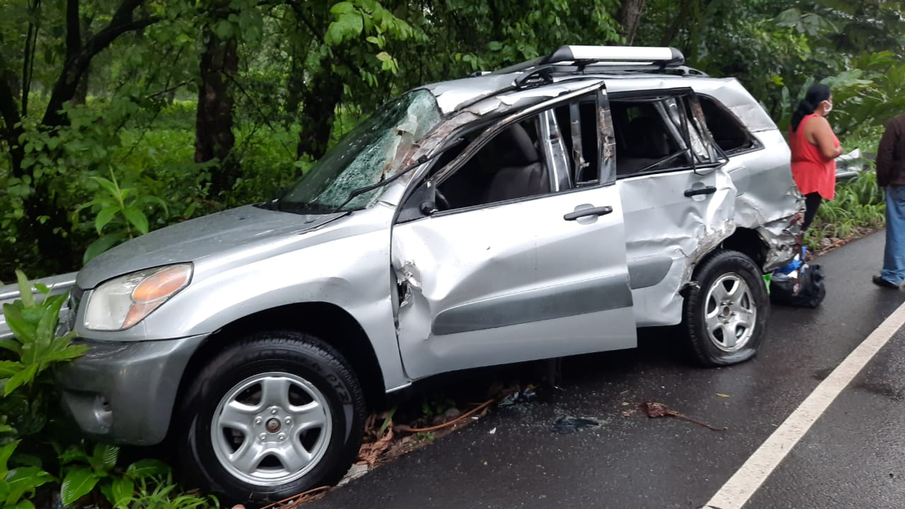 El accidente de tránsito en Mazatenango fue provocado por un tráiler que colisionó a dos vehiculos y a una motocicleta. (Foto: Cristian Soto)