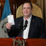 El presidente Alejandro Giammattei informó que este día comenzó a entregarse el Bono Familia, para ayudar a las personas afectadas por el COVID-19. (Foto: SCSP)
