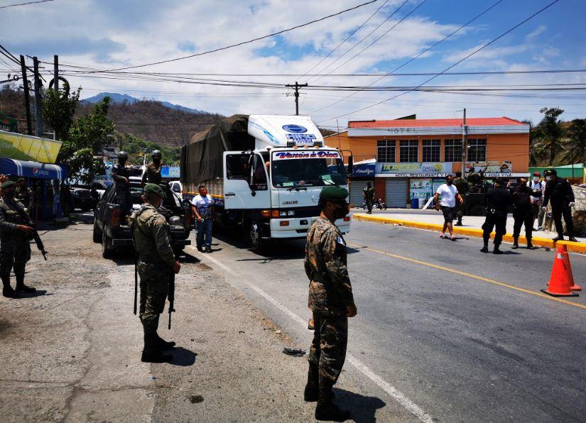Las autoridades sanitarias colocaron un cordón sanitario en Gualán, Zacapa, y en la aldea Mayuelas del mismo departamento, por un brote de COVID-19. (Foto: Twitter Rolando Pernillo)