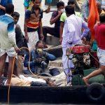 """Al menos 32 personas murieron este lunes por el naufragio de una embarcación con 50 pasajeros a bordo en el río Buriganga, cerca de Dacca, en el centro de Bangladesh; uno de los supervivientes fue rescatado tras unas 13 horas bajo el agua. El buque """"Morning Bird"""", con unos 50 pasajeros a bordo, volcó después de que otra embarcación lo embistiera, explicó a Efe el inspector de Policía Lutfar Rahman. Lee también: Investigan a 30 mil sospechosos por abuso de menores en Alemania """"Hemos rescatado un total de 32 cuerpos: 21 hombres, ocho mujeres y tres niños"""", dijo Ziaur Rahman, un oficial del Servicio de Bomberos y Defensa Civil. Aunque encontraron el buque siniestrado, las labores de rescate se tuvieron que suspender debido a la oscuridad; para este martes, proseguirán los intentos de sacar a la superficie la embarcación. Se piensa que pueden haber más cuerpos atrapados. [tweet https://twitter.com/monitorexpresso/status/1277720679194824704 align='center'] 13 horas bajo el agua por el naufragio en el río de Bangladesh Durante el proceso de extracción de la embarcación, y para sorpresa de muchos, los equipos de rescate encontraron a un hombre que había sobrevivido atrapado bajo el agua durante unas 13 horas. """"Si hay algún vacío en cualquier compartimento, se puede usar para sobrevivir. Cuando estábamos tratando de alzar el buque (...) la puerta del compartimento se abrió debido a la presión y (el hombre) salió a flote"""", dijo en declaraciones a la prensa el jefe de los equipo de rescate, Arif Uddin. Mohammad Riyad, hermano de un trabajador textil fallecido en el accidente, dijo que la mayoría de los pasajeros viajaban a Dacca desde el distrito central de Munshiganj para dirigirse a sus puestos de trabajo. """"Mis dos hermanos y un pariente iban a Dacca en la embarcación. Mi hermano mayor y el pariente pudieron nadar hasta la orilla, pero mi hermano menor Shahin murió. Trabajaba en una fábrica textil de Dacca"""", relató a Efe Riyad. Agregó que los equipos de rescate encontraron """