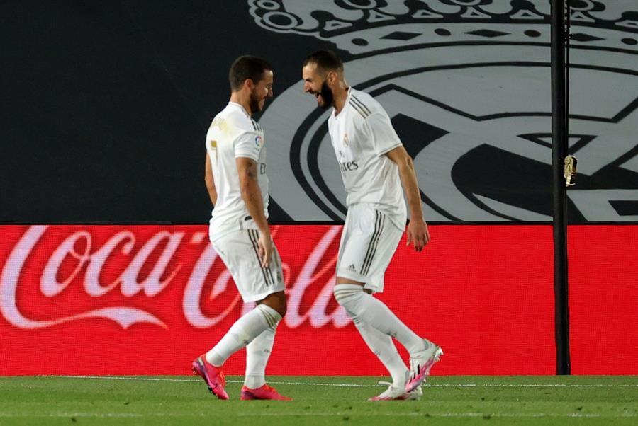 Eden Hazard y Karim Benzema celebran luego de uno de los goles del Real Madrid en la victoria 3-0 sobre el Valencia. (Foto: EFE)