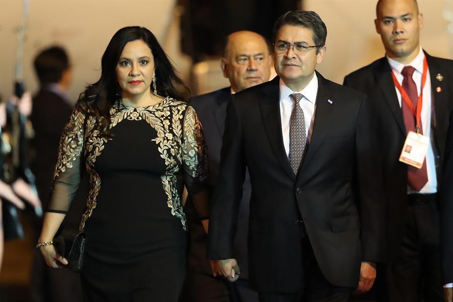 El presidente de Honduras, Juan Orlando Hernández, y su esposa, informaron que se contagiaron de COVID-19. (Foto: EFE)