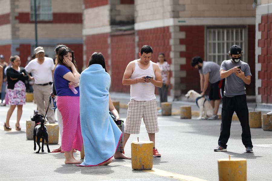 Cientos de mexicanos salieron a las calles como medida de precaución debido al fuerte sismo que sacuió el centro y sur del país. (Foto: EFE)
