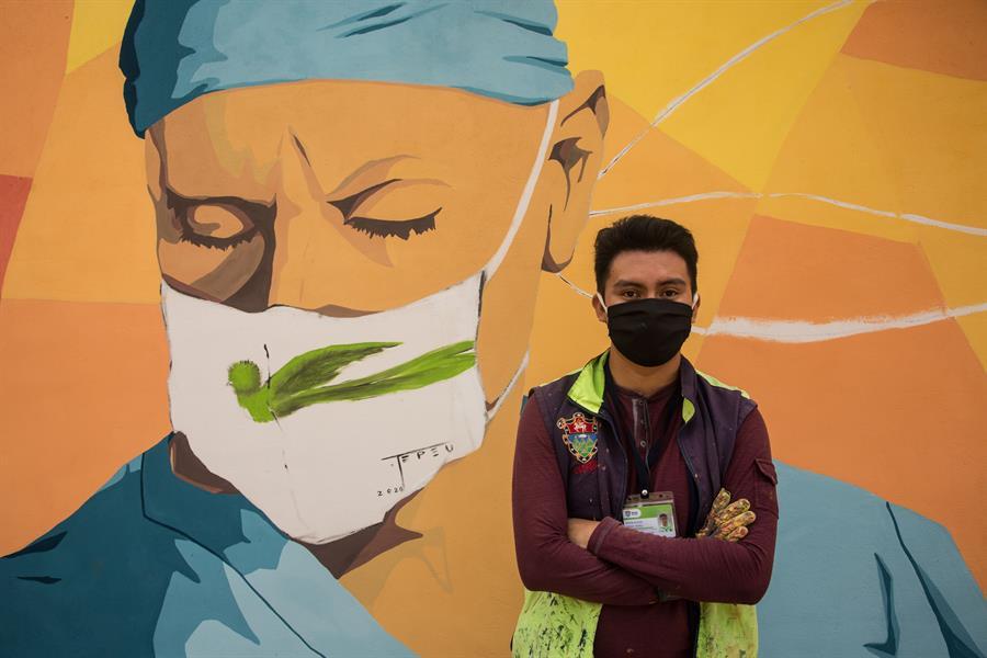 El mural del pintor guatemalteco fue realizado en una de las paredes aledañas al ingreso al cementerio La Verbena. (Foto: EFE)