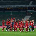 Los jugadores de l Bayern Munich celebran la victoria que le significó su octavo título consecutivo en la Bundesliga alemana. (Foto: EFE)