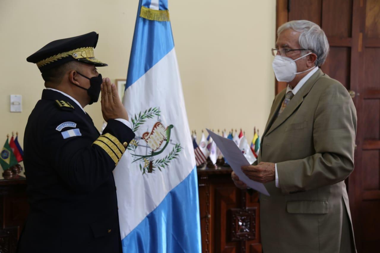 El Ministro de Gobernación Oliverio García Rodas -izquierda-, juramenta a José Antonio Tzubán Gómez, como nuevo director de la PNC. (Foto: Ministerio de Gobernación)