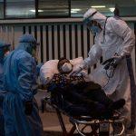 Paramédicos revisan la temperatura y los signos vitales a una persona en una camilla, en el ingreso del Hospital General San Juan de Dios, a donde llegó con síntomas de COVID-19. (Foto: EFE)