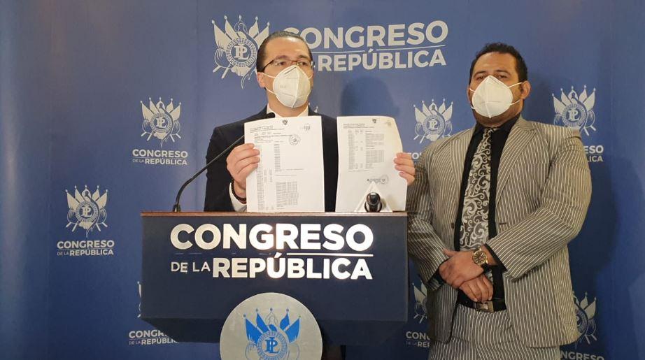 El diputado Felipe Alejos presentó los documentos que con los que respaldó su denuncia contra Ronald Armando Sandoval Alfaro, hermano del Fiscal Juan Francisco Sandoval. (Foto: Partido TODOS)