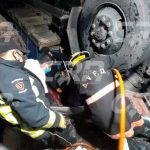 Los Bomberos Voluntarios debieron utilizar equipo especial para rescatar a los heridos en el acciente que dejó dos fallecidas en la ruta de Cobán a Chisec. (Foto: Cortesía)