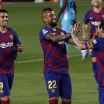 El chileno Arturo Vidal y el uruguayo Luis Suárez, se acercan para felicitar a Lionel Messi luego de marcar el segundo gol del Barcelona frente al Leganés. (Foto: EFE)