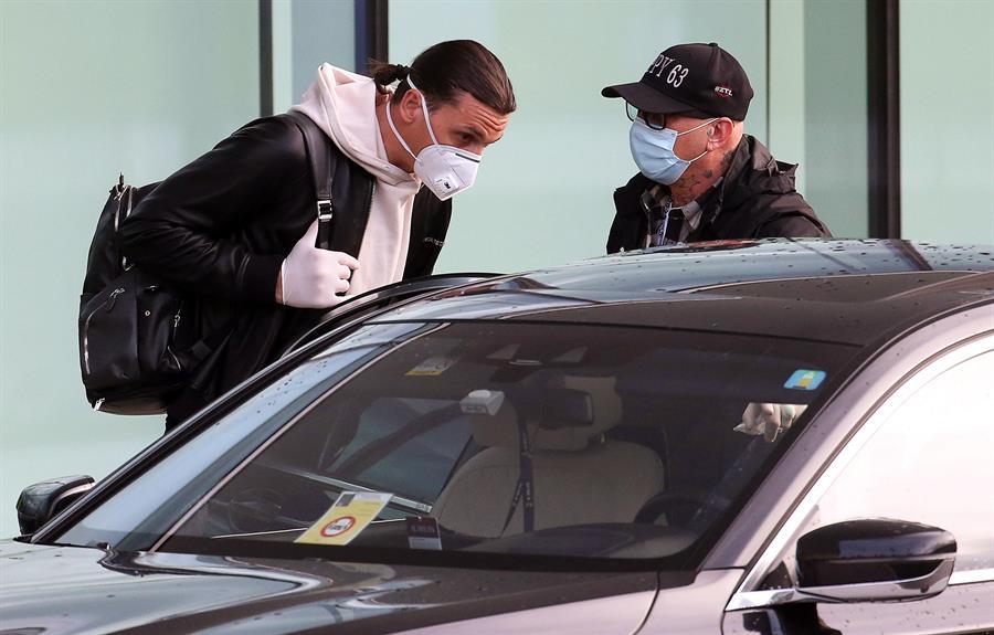 El delantero sueco Zlatan Ibrahimovic regresó a Italia y está a la espera de realizarse nuevos exámentes para conocer si ha superado la lesión. (Foto: EFE)