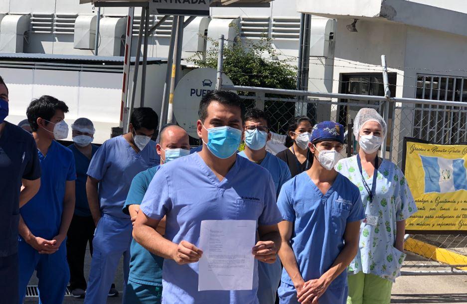 Médicos del Hospital Temporal del Parque de la Industria, que atienden a pacientes con COVID-19, se declaran en sesión permanente.