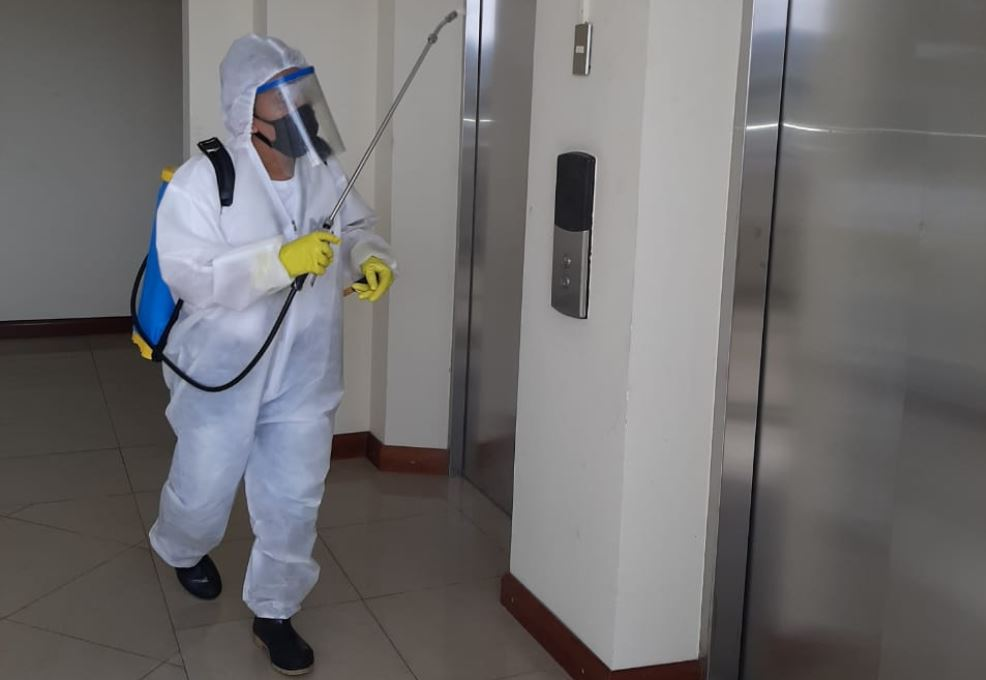 Una persona realiza la desinfección en el área de ascensores del edificio del MP donde se detectaron 3 casos de COVID-19. (Foto: AGN)