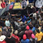 Varios pobladores de Tacaná, interrogan a uno de los supuestos responsables por el secuestro del niño Abel, en el municipio de Tacaná, San Marcos. (Foto: Cortesía)