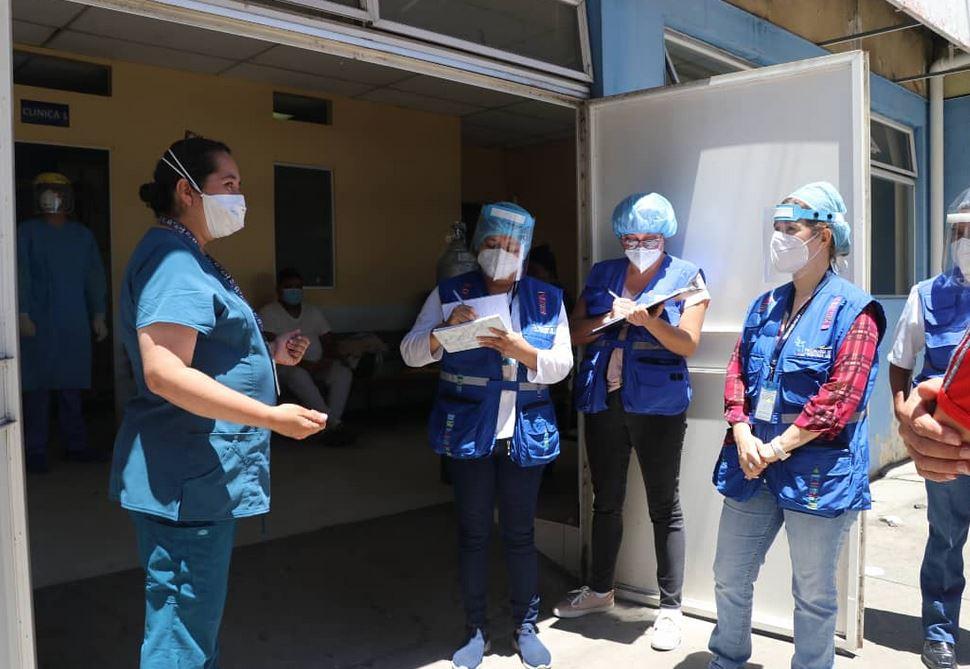 Zulma Calderón, defensora de la salud, realizó junto a otras personas de la PDH, una visita al Hospital Roosevelt. (Foto: PDH)