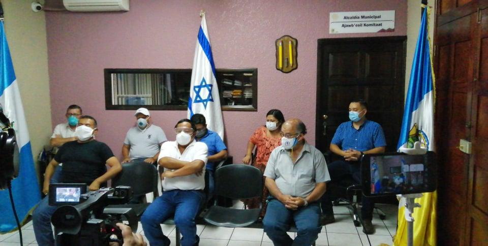 El alcalde Julio Asig -camisa blanca-, y Hugo Hernández -camisa gris-, director del CAP, brindan detalles en conferencia de prensa sobre el primer caso de COVID-19 en Tactic, Alta Verapaz. (Foto: Eduardo Sam)
