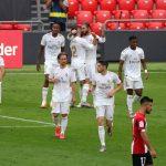 Los jugadores del Real Madrid felicitan a Sergio Ramos luego de anotar el penalti que significó el triunfo frente al Athletic de Bilbao. (Foto: EFE)