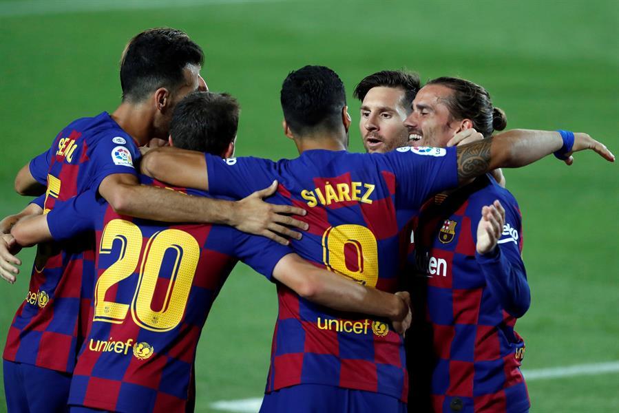 Los jugadores del Barcelona celebran el gol anotado por el uruguayo Luis Suárez que sirvió para la victoria del conjunto azulgrana 1-0 frente al Espanyol. (Foto: EFE)