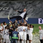 Los jugadores del Real Madrid celebran y mantean al técnico francés Zinedine Zidane luego de vencer al Villarreal para coronarse campeones por 34 ocasión en la Liga Española. (Foto: EFE)