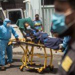 Paramédicos trasladan a un mujer con síntomas de COVID-19 al hospital general San Juan de Dios en la ciudad capita. Guatemala rebasó los 18 mil contagios y sumó 773 fallecisoa por el virus. (Foto: EFE)
