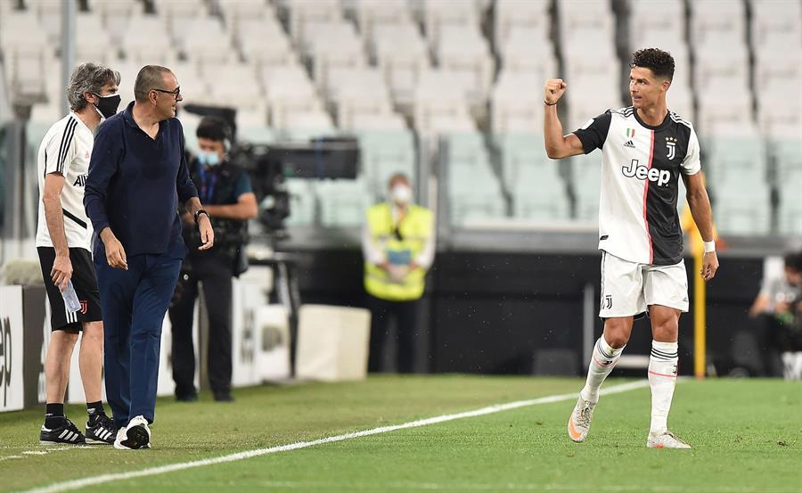Cristiano Ronaldo marcó un doblete en el triunfo de la Juventus de Turín 2-1 sobre la Lazio y quedó a cuatro puntos del título. Ronaldo llegó a 30 goles en la Serie A. (Foto: EFE)